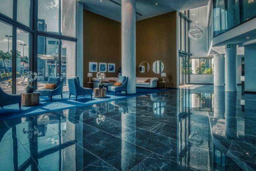 lobby met blauwe kleuren